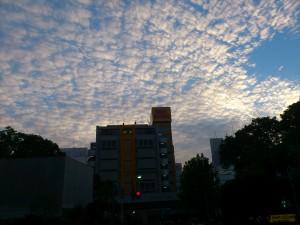 うろこ雲の風景